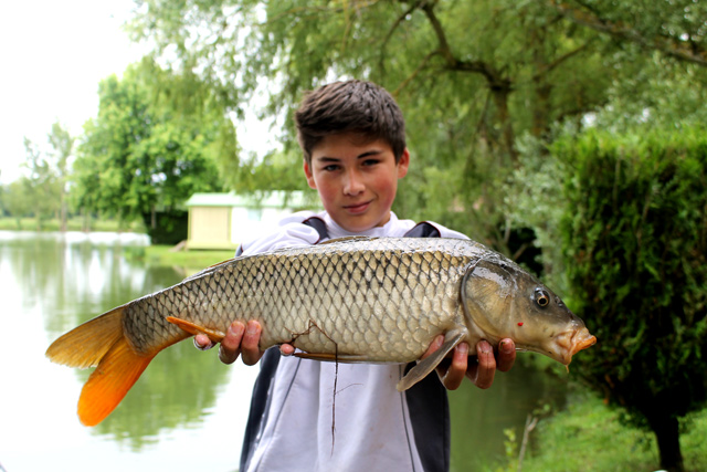 Un enfant portant son poisson